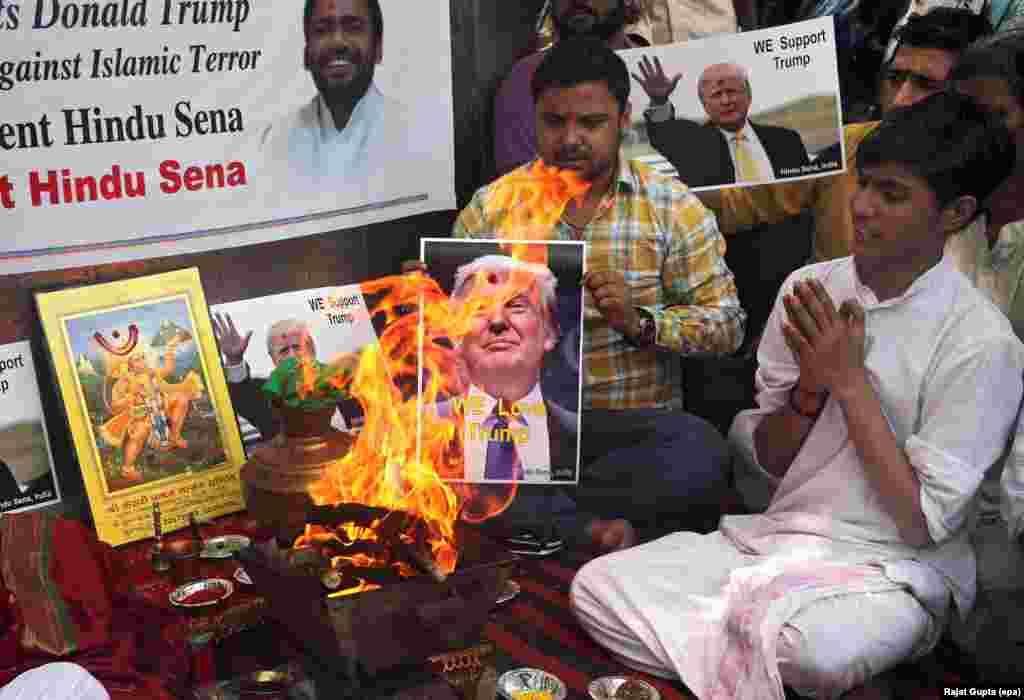 សកម្មជនឥណ្ឌាមកពីអង្គការសាសនាហិណ្ឌូស្តាំនិយមឈ្មោះ Hindu Sena  ធ្វើពិធីបុណ្យស្រន់បូជាភ្លើង ដើម្បីគាំទ្រលោក Donald Trump បេក្ខជនប្រធានាធិបតីមកពីគណបក្សសាធារណរដ្ឋ នៅក្នុងរដ្ឋធានីញូវដេលី។