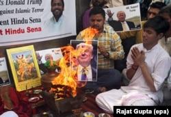 Vamwe vechiHindu kuIndia voita zvechitendero chavo nemufananidzo waVaDonald Trump