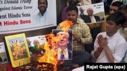 Des militants indiens de l'organisation de droite Hindu Sena font des rituels de feu hindous en faveur du candidat à la présidentielle des Etats-Unis, Donald Trump, à New Delhi, Inde, 11 mai 2016.