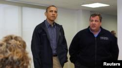 Barak Obama y el gobernador de Nueva Jersey,Chris Christie, conversan con sobrevivientes de la tragedia.