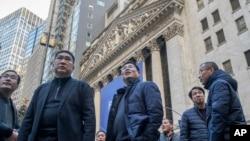 资料照:来自中国的访客于2018年12月4日在纽约证券交易所观望。