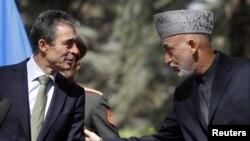 阿富汗總統卡爾扎伊 (右) 與北約秘書長拉斯穆森 (左) 出席聯合新聞發佈會