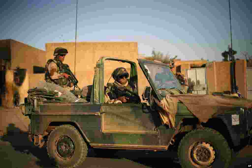 French soldiers secure the evacuation of foreigners during exchanges of fire in Gao, northern Mali, Feb. 10, 2013.