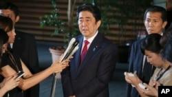 Thủ tướng Nhật Bản Shinzo Abe trả lời các nhà báo tại văn phòng thủ tướng ở Tokyo hôm 17/7/2015.