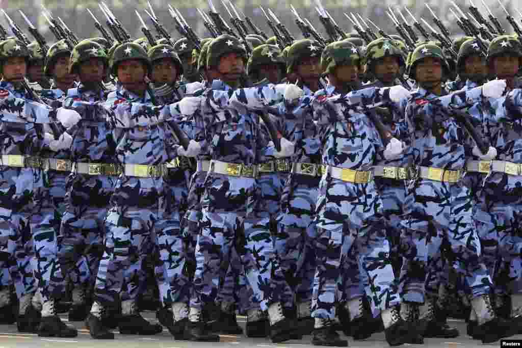 Một đơn vị quân đội diễn hành trong cuộc diễn binh mừng Ngày Quân Lực năm thứ 68 tại Naypyitaw, Miến Điện.