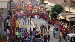 Kurdên Efrînê di rêdeçûnekê de bi al û rengên Kurdan xuya dibin