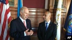 El alcalde de Providence, Rhode Island, Jorge Elorza (derecha) con el alcalde de Ciudad de Guatemala Álvaro Arzu luego de firmar un acuerdo de ciudades hermanas el pasado 12 de octubre de 2016.