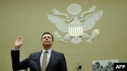 美国联邦调查局长科米2016年7月7日在美国国会作证前宣誓