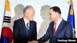 정홍원 한국 국무총리(오른쪽)가 14일 정부서울청사 총리실을 방문한 무라야먀 일본 전 총리와 인사하고 있다.