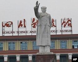 成都四川科技馆前的毛塑像(资料照片)