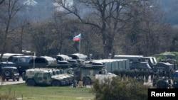 俄羅斯戰車3月27日在靠近克里米亞辛菲羅波爾的一個軍事基地