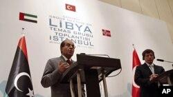 利比亚反对派联盟领导人马哈茂德.贾布里勒8月26日在土耳其伊斯坦布尔举行的记者会上讲话