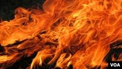 Los fuegos artificiales presentados durante un show, aparentemente fueron la causa del incendio.