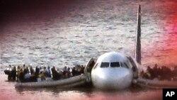دریائے ہڈسن میں طیارے کی کریش لینڈنگ کے بعد مسافر ایمرجینسی دورازوں سے نکل کر پروں پر کھڑے ہیں۔ 15 جنوری 2009