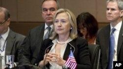 រដ្ឋមន្ត្រីការបរទេសសហរដ្ឋអាមេរិក លោកស្រី ហ៊ីល្លារី រ៉ូដាម គ្លីនតុន (Hillary Rodham Clinton) ចូលរួមក្នុងកិច្ចប្រជុំរដ្ឋមន្ត្រីអាស៊ាននៅប្រទេសឥណ្ឌូនេស៊ីកាលពីថ្ងៃទី២២ខែកក្កដាឆ្នាំ២០១១។