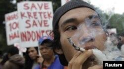 Pedagang rokok yang ikut serta dalam protes menolak Hari Tanpa Tembakau Sedunia di Jakarta. (Foto: Dok)