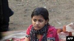 Mlada Rubina Ali sedi u ruševinama četvrti Garib Nagar u Mumbaju, posle požara u kojem je izgorela baraka u kojoj je živela sa svojom porodicom