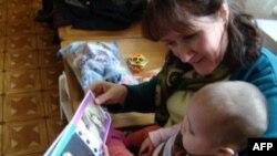 Приемные родители из США с приемной дочерью в детдоме в Бишкеке