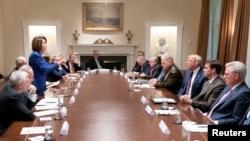 资料照片:众议院议长佩洛西在白宫举行的一次有关叙利亚问题的会议上站起身来对着特朗普总统讲话。(2019年10月16日)