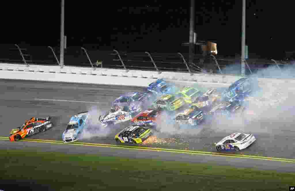 ឡានប្រណាំងជាច្រើនបុកគ្នាក្នុងពេលប្រណាំងពានរង្វាន់ NASCAR Sprint Cup Series នៅមហាវិថីអន្តរជាតិ Daytona នៅឆ្នេរ Daytona រដ្ឋ Florida កាលពីថ្ងៃទី២ ខែកក្កដា ឆ្នាំ២០១៦។