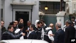 ترک پولیس اہلکار قونصل جنرل کی رہائش گاہ میں داخلے کی تیاری کر رہے ہیں۔