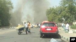 Warga di Maiduguri berlarian saat sebuah bom mobil meledak di daerah yang ramai hari Selasa (14/1).