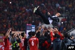 Các cầu thủ mừng việc giành chức vô địch với HLV Park Hang Seo