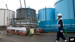 Một công nhân tại nhà máy điện hạt nhân Fukushima ở Nhật Bản đầu năm 2017.