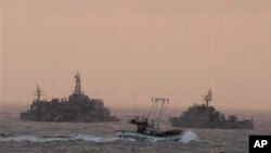 긴장감이 감도는 연평도 인근 바다(19일)에 해군 함정이 정박해 있다.