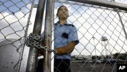 """Foto de archivo de un guardia de seguridad en la planta de ensamblaje de GM en Valencia, embargada por el gobierno venezolano por """"ineficiente desempeño""""."""