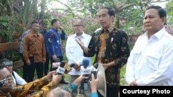 Presiden Joko Widodo dan Ketum Gerindra Prabowo Subianto menanggapi situasi menjelang pelaksanaan Pilkada 2017 di kediaman Prabowo di Hambalang Bogor Senin 31 Oktober 2016. (Foto: Biro Pers Kepresidenan).