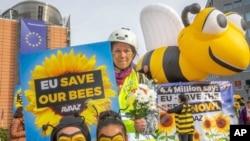 Protesta a favor de las abejas en la Place Schuman de Bruselas, Bélgica, el viernes 27 de abril de 2018.