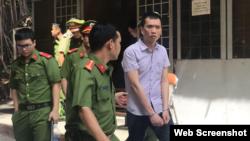 Nguyễn Hoàng Dương, cựu cán bộ công an, bị đưa ra tòa hôm 16/4/2018. (Ảnh: Tuổi Trẻ)