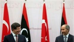مصطفی عبدالجلیل رییس شورای ملی انتقال لیبی و احمد داوداغلو وزیر امور خارجه ترکیه در کنفرانس مطبوعاتی در بنغازی، لیبی. ۲۳ اوت ۲۰۱۱