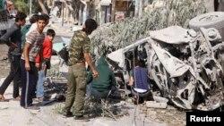 지난 2일 시리아 정부군이 알레포 지역에 통폭탄 공습을 가했다. 파손된 구급차 주변을 주민들이 살피고 있다. (자료사진)