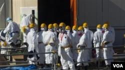 Para pekerja Jepang di PLTN Fukushima yang lumpuh (foto: dok). PLTN Fukushima tidak terpengaruh oleh dua gempa kuat hari Kamis.