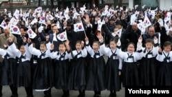 한국이 제 97주년 3.1절을 맞은 1일 서울 탑골공원 독립선언기념비 앞에서 광복회 주관으로 열린 '3.1독립운동희생선열 추념식'에서 참가자들이 만세삼창을 하고 있다.