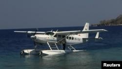 Pesawat amfibi mendarat di dekat dermaga resor mewah Amanwana, Pulau Moyo di Indonesia Timur. (Reuters/Neil Chatterjee)