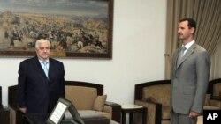 Tổng thống Syria Bashar al-Assad và Ngoại trưởng Syria Walid Moallem tại Damascus. Ngoại trưởng Syria Walid Muallem cảnh báo các thương thuyết gia rằng bất cứ đề cập nào đến số phận của Tổng thống Syria đều không được phép đưa ra đàm phán.
