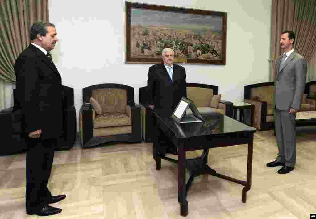 Navas Fares (solda) 2008-ci il sentyabrın 16-da prezident Bəşar Əl-Əsəd və Xarici İşlər naziri Valid Muallim qarşısında Suriyanın İraqda səfiri kimi and içir