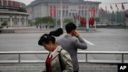 지난해 5월 북한 평양의 425문화회관 주변에서 한 남성이 휴대전화를 사용하고 있다. (자료사진)