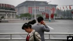 지난 5월 북한 평양의 425문화회관 주변에서 한 남성이 휴대전화를 사용하고 있다.