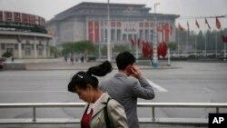 지난 5월 북한 평양의 425문화회관 주변에서 한 남성이 휴대전화를 사용하고 있다. (자료사진)