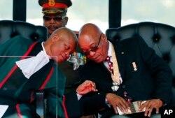 Le président sud-africain Jacob Zuma, à droite, et le juge Mogoeng Mogoeng, à gauche, à Pretoria, le 24 mai 2014.