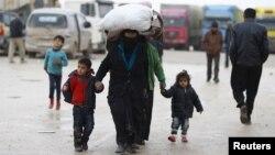 Người tị nạn Syria mang theo đồ đạc đến một trại tị nạn gần Bab al-Salam, ở ngoại ô thị trấn Azaz, Syria, 6/2/2016.