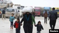 流離失所的敘利亞難民抵達敘利亞和土耳其邊界附近的難民營(2016年2月6日)