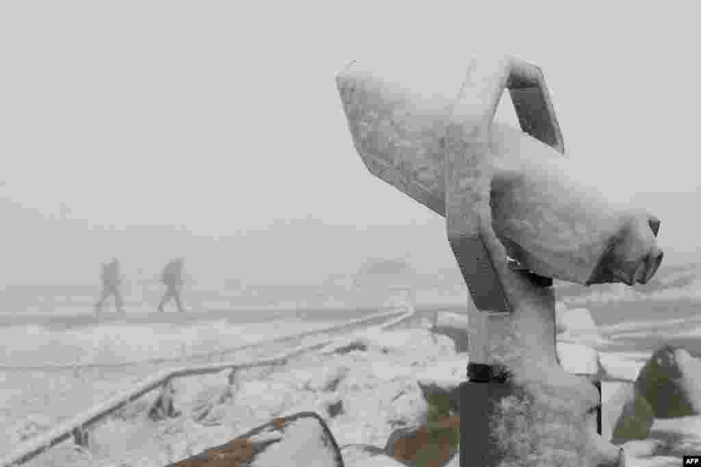Teleskop prekriven snegom na vrhu planine Broken u istočnoj Nemačkoj.