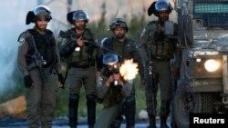 La police des frontières tirent au plomb lors d'affrontement avec les soutiens des prisonniers en grève de la faim, à Ramallah, le 24 avril 2017.