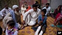 Fahd Ali, 10 ans, blessé dans l'attentat à la bombe de Lahore qui a tué aussi plus de 70 personnes, dont ses parents , racontant son expérience à des visiteurs, le 28 mars 2016. (AP Photo/B.K. Bangash)