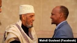 Cumar Carte Qaalib (Bidix) oo lala sawiran Mahdi Guuleed